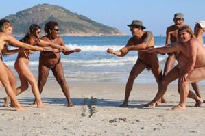 巴西当地办裸体奥运会 赤身露体踢球跑步